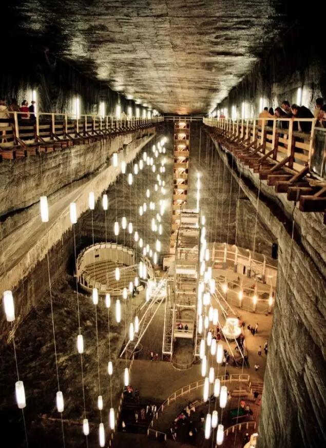 ルーマニアの歴史ある岩塩坑 地下テーマパークに