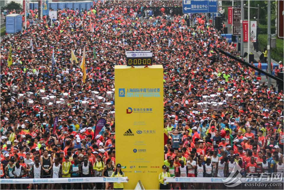 07aecbdd50 4月21日、今年で5回目となる上海国際ハーフマラソン大会が開催された。朝7時、1万5千人のランナーがスタート地点である上海テレビ塔に集合した。